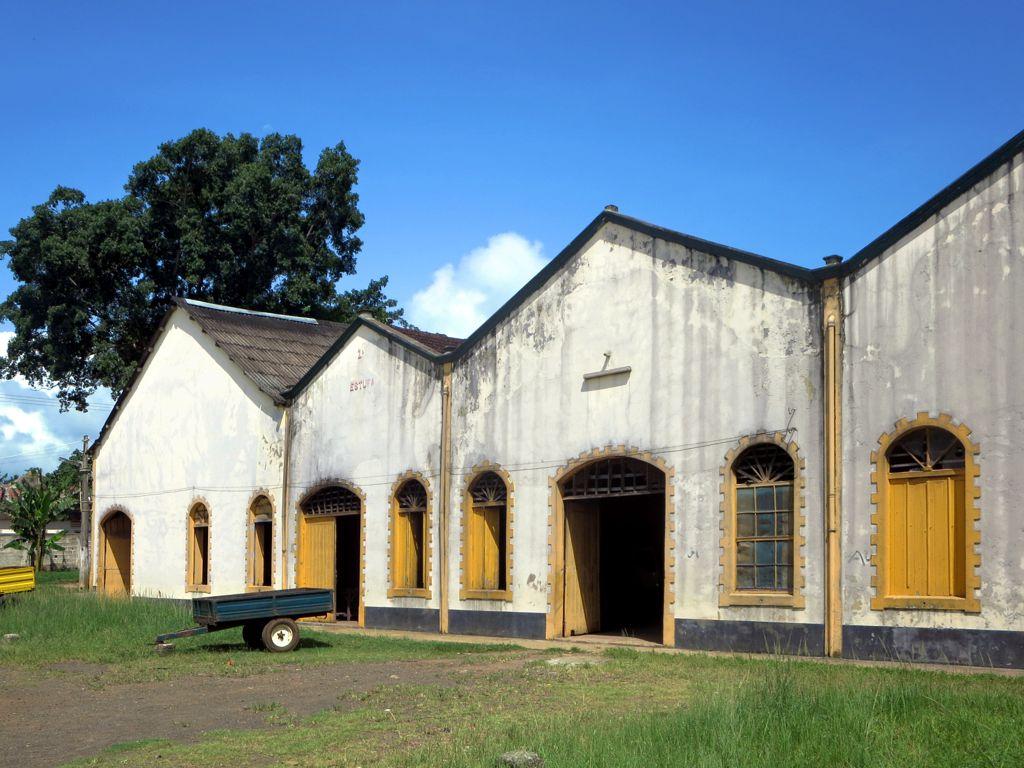 Kakao je zpracováváno a skladováno v tomto skladu v Roça Agua Izé na ostrově Svatý Tomáš, Svatý Tomáš a Princův ostrov.