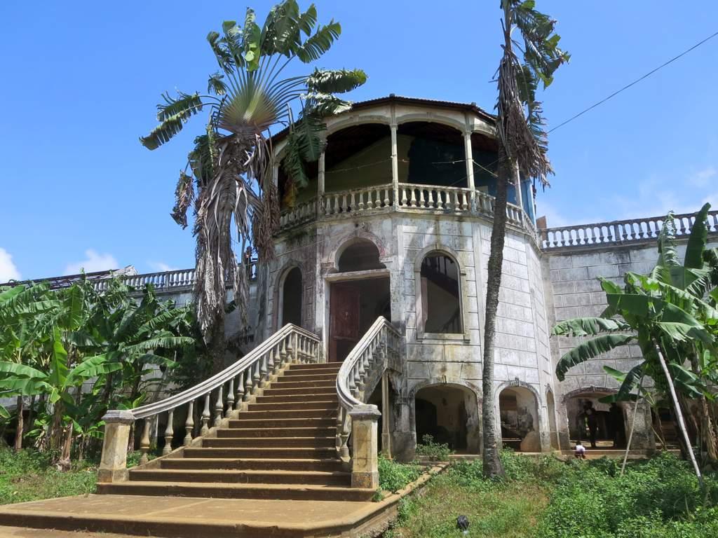 Zřícenina bývalé nemocnice (1928) Roça Agua Izé, zemědělské plantáže východního pobřeží ostrova Svatého Tomáše, Svatého Tomáše a Princova ostrova.