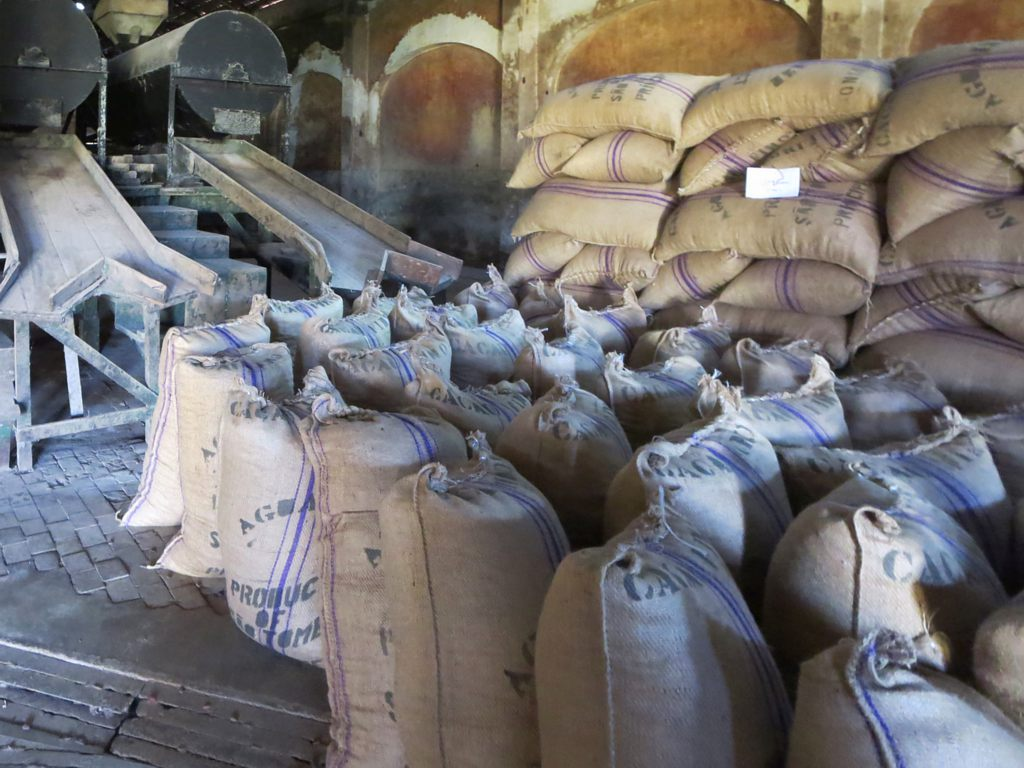 Pytle kakaových bobů čekají na export do Evropy z Roça Agua Izé