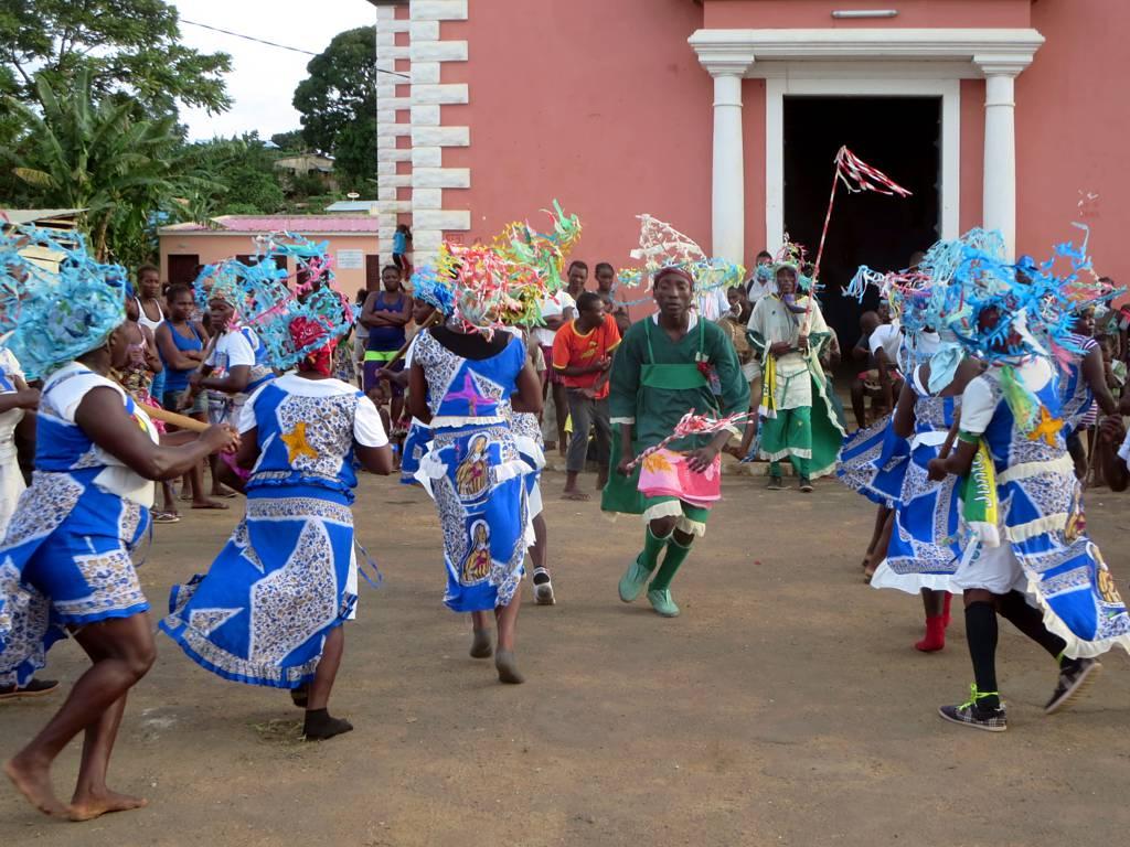Tradiční tanečníci vystupují před Igreja de São Pedro na Pantufo