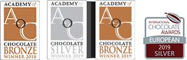 Medaile z významných mezinárodních soutěží Academy of Chocolate a International Chocolate Awards.