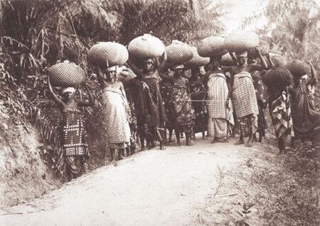 Ženy nesoucí kakao na dlouhé vzdálenosti na hlavě. foto z archivu obrazů USC z knihovny Basilejské mise
